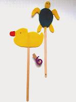 Marionetas de patito de goma y de tortuga marina ©Selene Garrido Guil