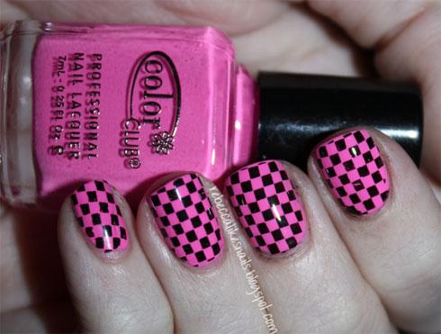No te hagas la vida cuadritos para ponerle cuadritos a tus uñas. Hay varias opciones para hacer un diseño de uñas
