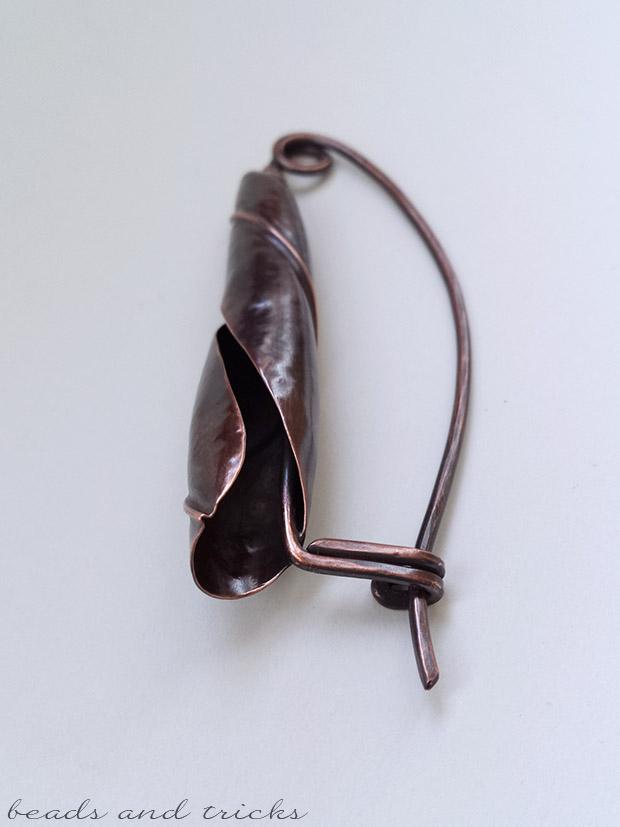 Fibula in rame forgiato a mano a conchiglia