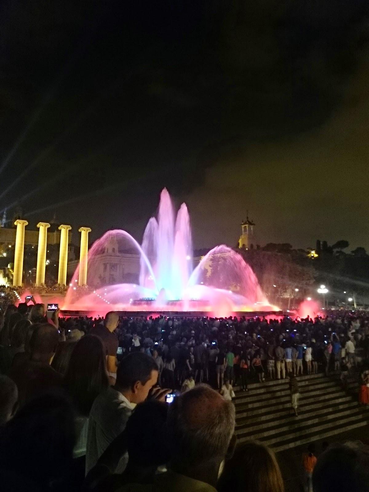 Barcelona koncert fontann,grające fontanny,świecące fontanny,koncert fontanny,koncert w Barcelonie,kolorowa woda,piękny widok