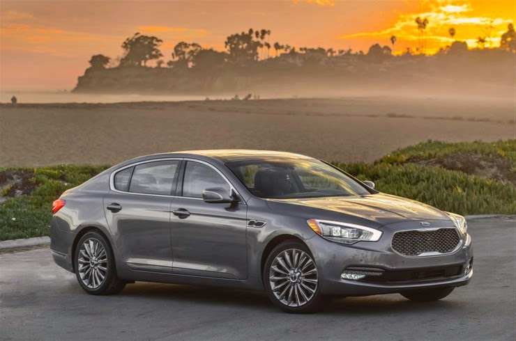 Front 3/4 view of the 2015 Kia K900