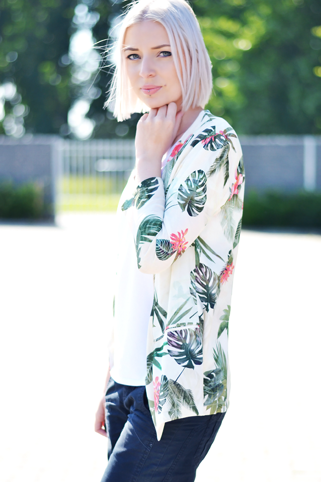 Outfit post by belgian fashion blogger: Bershka, printed suit, tropical, palm trees, white, basic, v neck t shirt, h&m divided, mexx culotte shorts, black, nike dunk sky hi, white, wedge sneakers, summer trends, 2015, street style, inspiration