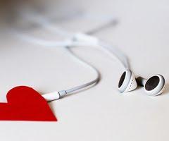 De nuevo, lo único que escucho son canciones de amor, maldita sea.