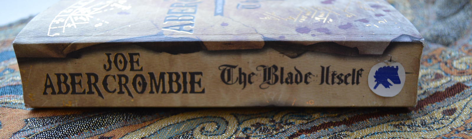 Joe Abercrombie, The Blade Itself, fantasy, review, book, fiction, literature, book cover, paperback, photo, photograph