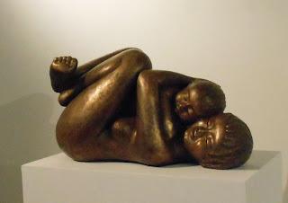 Statue en résine bain de bronze : mère tenant son enfant tendrement enlacé