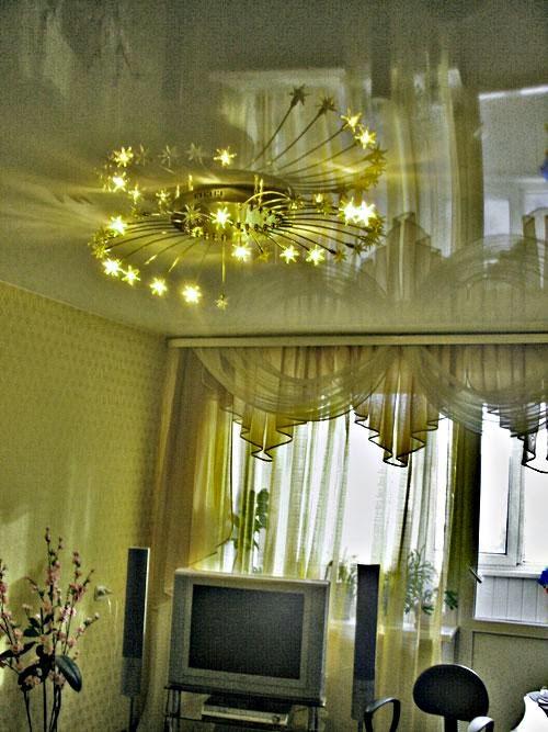 Карниз гармонирует с натяжным потолком фото