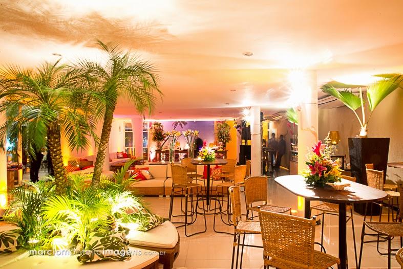 palmeiras, móveis de fibra, madeira de demolição, arranjos florais coloridos, decoração, 15 anos