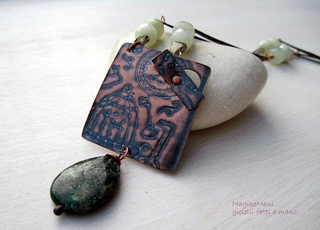 collana con ciondolo inciso e goccia di smeraldo africano