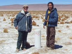 Con mi ayudante antropólogo Cristian Riffo en el Salar del Huasco.