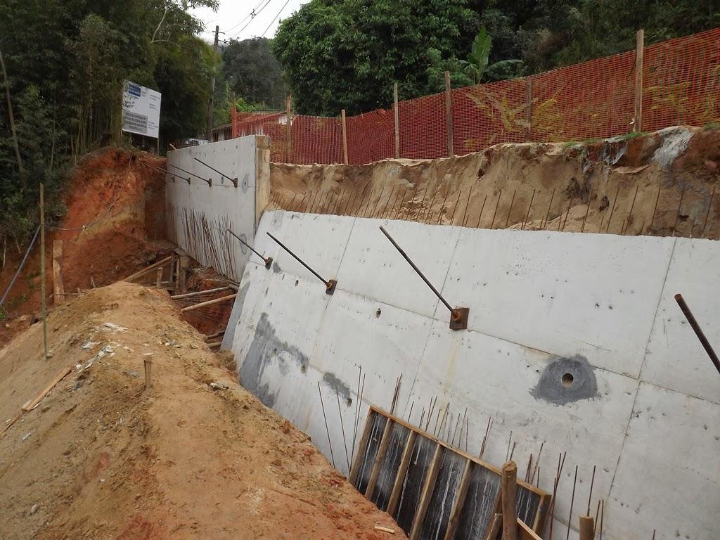 Muro de contenção que caiu na Inconha em Teresópolis RJ