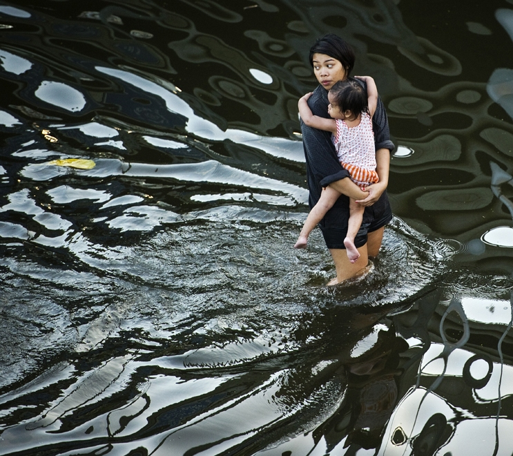 Image of the water as it moves south to Bangkok, and how residents there are dealing with the disaster.