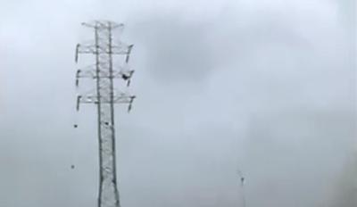 Mujer se Electrocuta en Torre Electrica