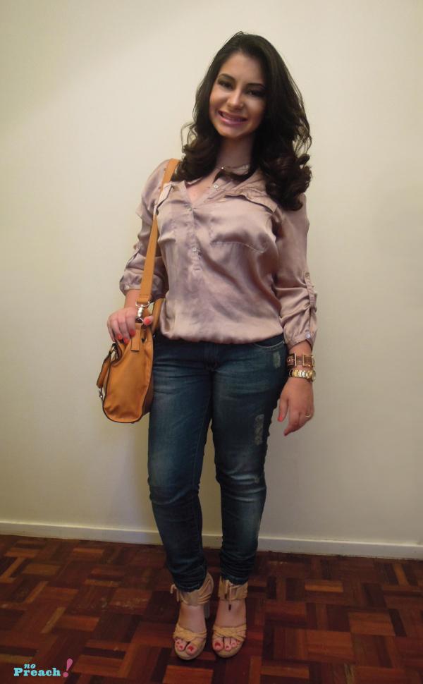 Look blusa cetim calça jeans bolsa amarela tiracolo