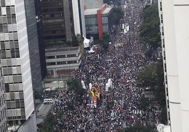 Avenida Paulista (centro de SP) recebe público da Parada LGBT, que teve 14 trios elétricos (Foto: Joel Silva/Folhapress)