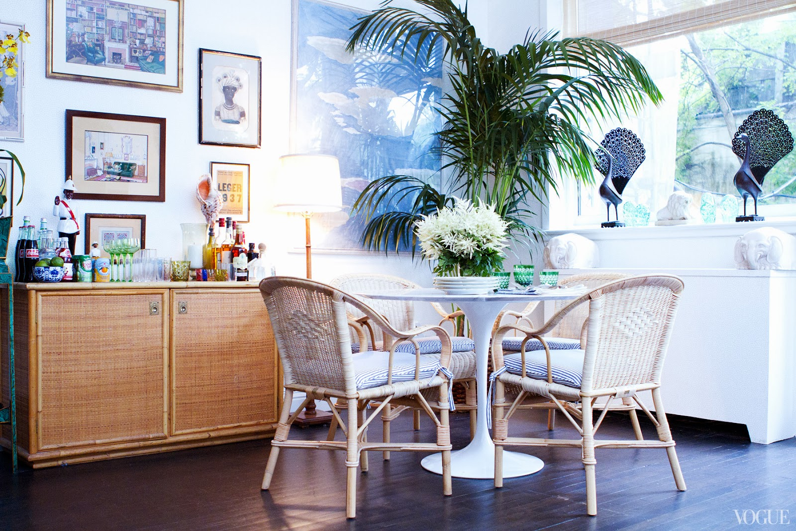 mesa Saarinen é das poucas peças modernas no ambiente. #366695 1600x1067