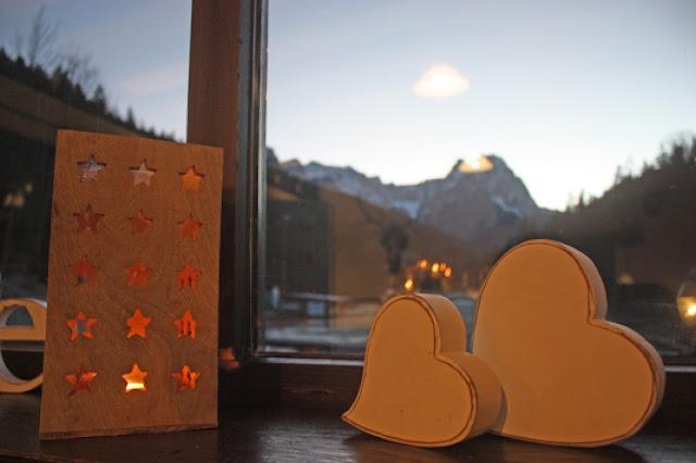 Hochzeitsdekoration im Seehaus am Riessersee - weiße Holz-Herzen und Stern-Laterne