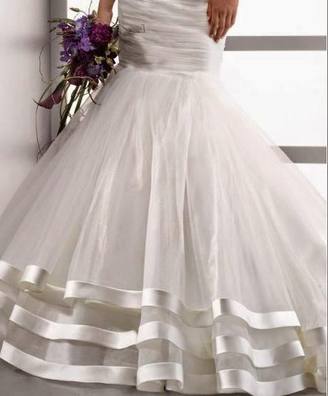 Vestido de Novia Sirena con Broche en el Pecho y con Falda en Capas