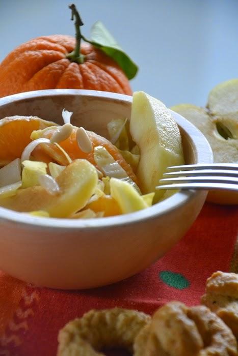 insalata di indivia, mele, arance e pinoli con olio al limone