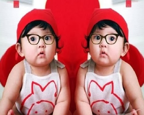 une collection des Images et photos de bébés Jumeaux