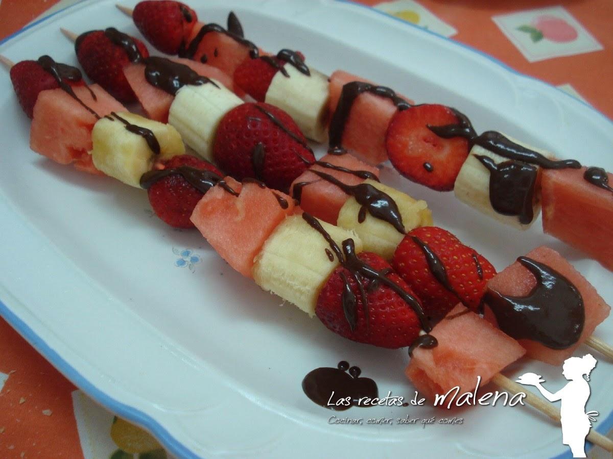 brochetas de fresas, plátano y sandía con chocolate