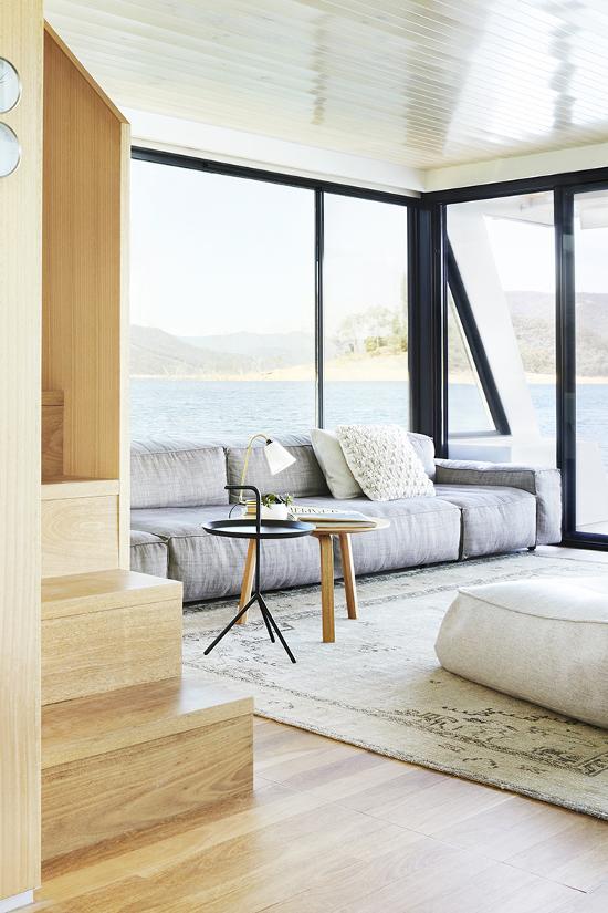 Un due tre ilaria house tour a minimalist and elegant for Minimalist house boat