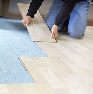 O piso laminado instalado pelo sistema de encaixe macho for Iperceramica como