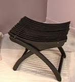 http://manualidadesreciclables.com/15477/hacer-asiento-con-perchas-para-dia-del-padre