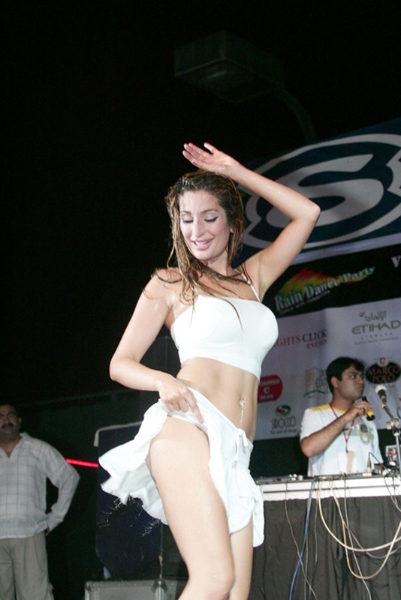 Nigar Khan Wardrobe Malfunction, Nigar Khan hot dance stills, Nigar Khan sexy legs, Nigar Khan masala photos