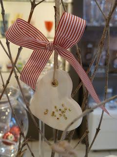 διακοσμητική καρδούλα λευκή με κόκκινη κορδέλα