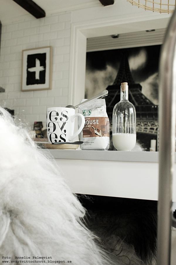 starbucks kaffe, usa, kök, köket, inredning, kaffekopp, långhårigt fårskinn, isländskt skinn, island, svartvit mugg med text, yes, poster, posters, konsttryck, prints, tavlor, tavla, svartvitt, glaskanna, mjölkkanna, ikea, glasflaska med kork,