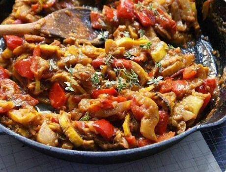 Lekker en makkelijk ratatouille recept: alle groeten net gaar gekookt met tomaten, rozemarijn en tijm