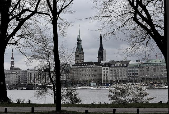 Con kênh Alster nổi tiếng tại Hamburg
