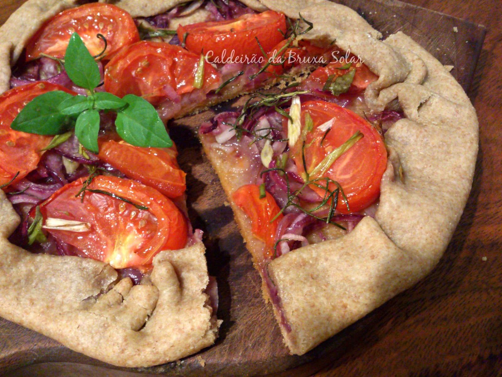 Torta rústica integral de cebolas, tomates e ervas