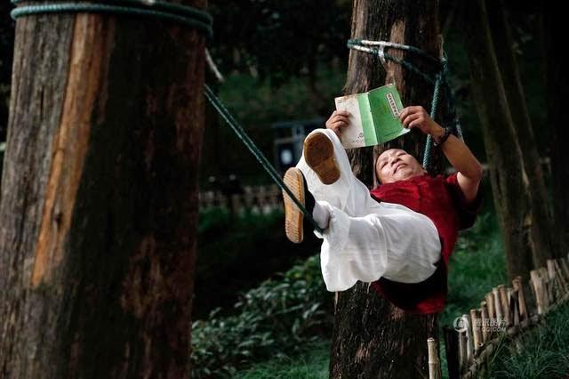 رجل الحبل يقرأ كتاب وهو على الحبل