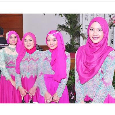 kebaya model hijab warna pink dengna rok polos