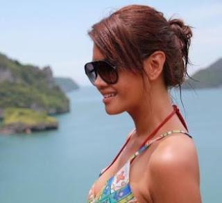 Farah Quinn Hot Berbikini di Pantai