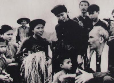 Những lúc có điều kiện, Chủ tịch Hồ Chí Minh lại về với nông dân,  chỉ bảo họ cách gieo trồng
