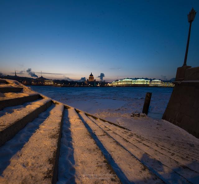 Квадратная панорама с видом Исаакиевского собора, Медного Всадника и замерзшей Невы со стороны Васильевского острова.
