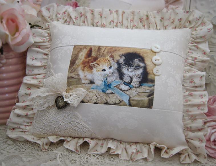 Cuscino vittoriano con due micini