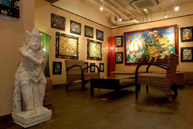 バトゥール館1階にある伝統の「バリ絵画」コーナーでございます。カエルの絵や花の絵など多数が飾られております。販売も行っておりますのでバリ絵画に興味がある方は是非お立ち寄りください。