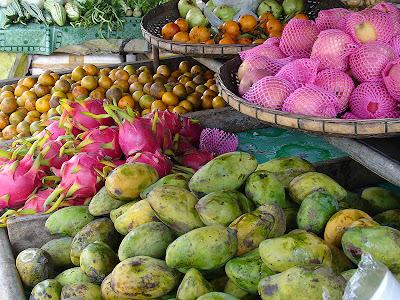Étalage de fruits exotiques dans un marché à Koh Lanta