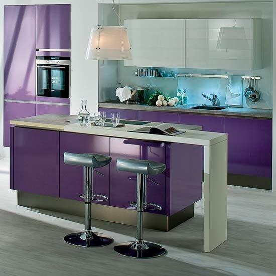 Decoraci n de cocinas en color violeta - Cocina color lila ...