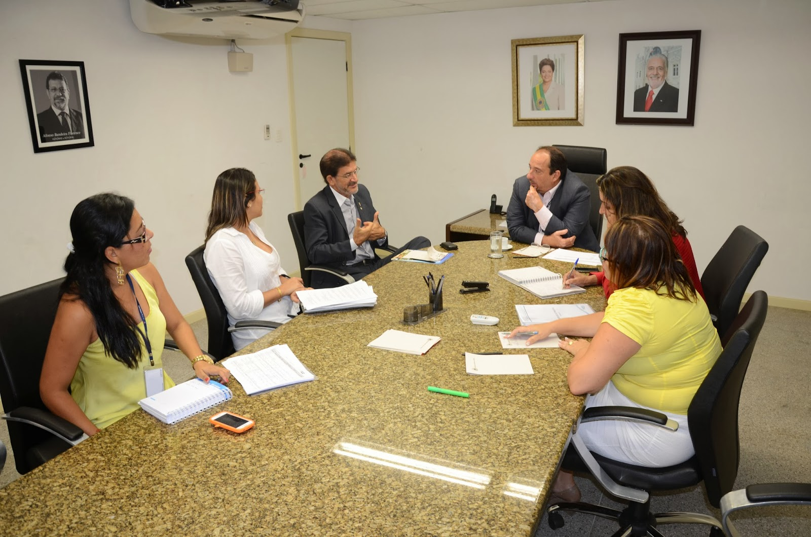 Secretário Cícero Monteiro recebe prefeitos e secretários
