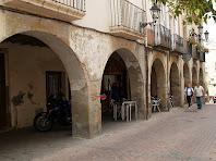 Arcades de punt rodó de l'antic mercadal a tocar de l'Ajuntament de Piera