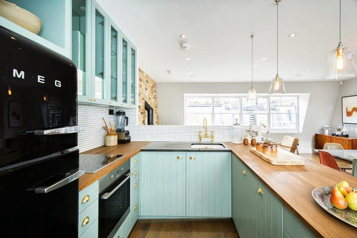 Cozinha em tons de de preto, verde água (ou aqua) e madeira