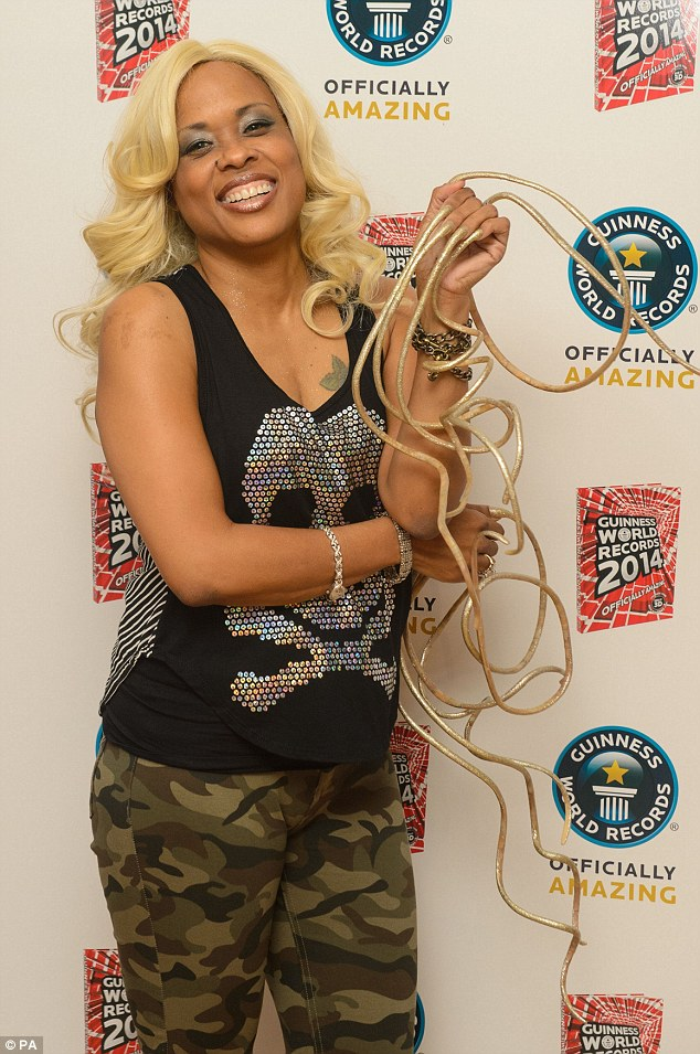 POD\'S DESK BLOG: MEET THE WOMAN WITH LONGEST FINGERNAILS IN THE WORLD