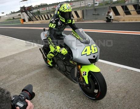 Rossi saat hendak menjalani sesi latihan bersama Yamaha YZR M1