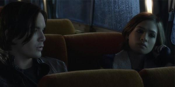 Introducción a Ravenswood, Miranda y Caleb en autobús.