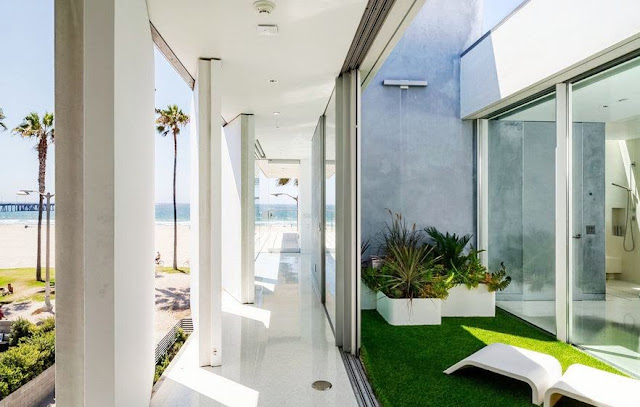 The Flip Flop House's pivoting walls and ocean view