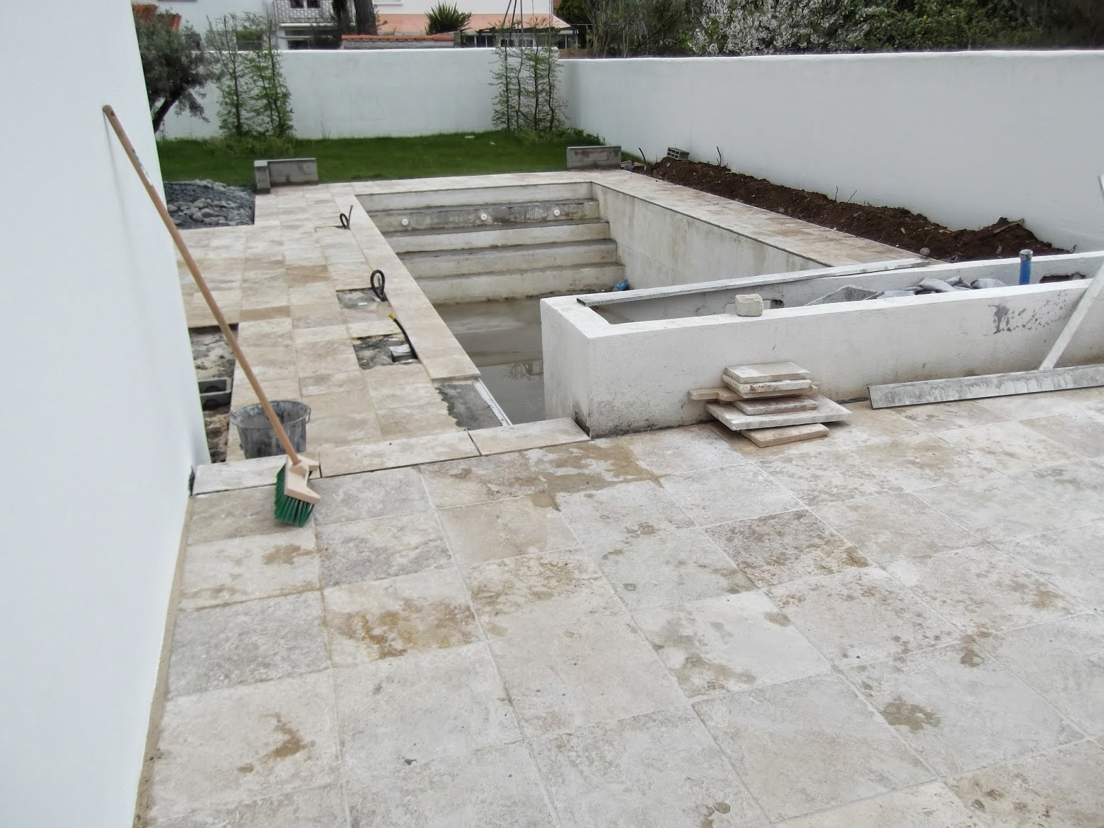 Terrasse et contour de piscine en travertin la rochelle quelques r alisations for Piscine en travertin